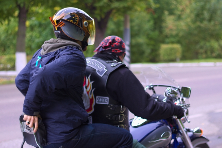 milan-lukaschek-und-biker-in-murom-c-lorena-seipp